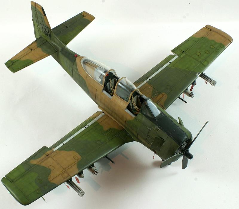 Avion 1/48 T 28 D Trojan Roden E3Y5K