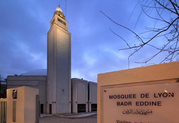 La Grande Mosquée de Lyon sous la direction de l'islamiste Kamel Kabtane et avec la collaboration de Gérard Collomb, endoctrine les Musulmans à la haine des femmes, des Chrétiens et des Juifs dans Politique x0jl1